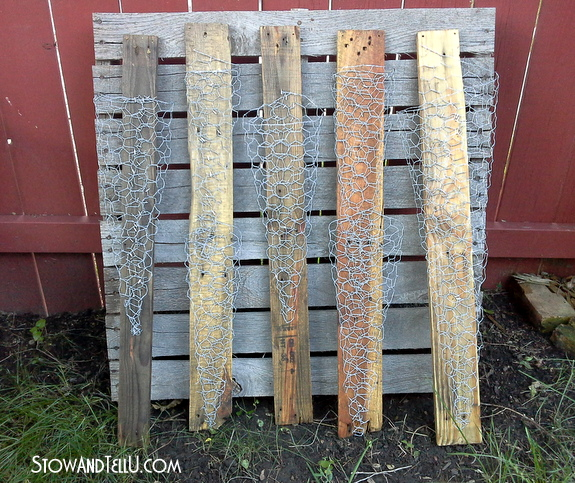 http://stowandtellu.com/vertical-chicken-wire-pallet-wood-hanging-planter/